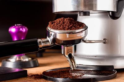 Заполнение рожка с молотым кофе