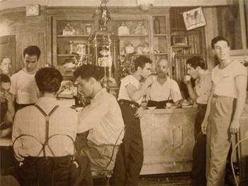 Типичная итальянская кофейня середины ХХ века