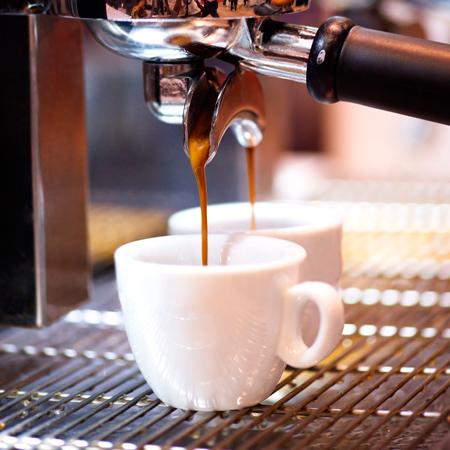 Рожок в кофемашине перед проливом кофе