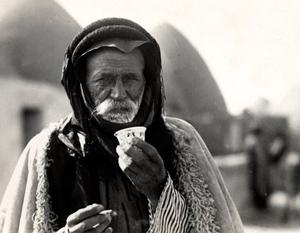 Сирийский бедуин пьёт традиционный кофейный напиток «murra» (горький кофе). Халеб, Сирия (1930)